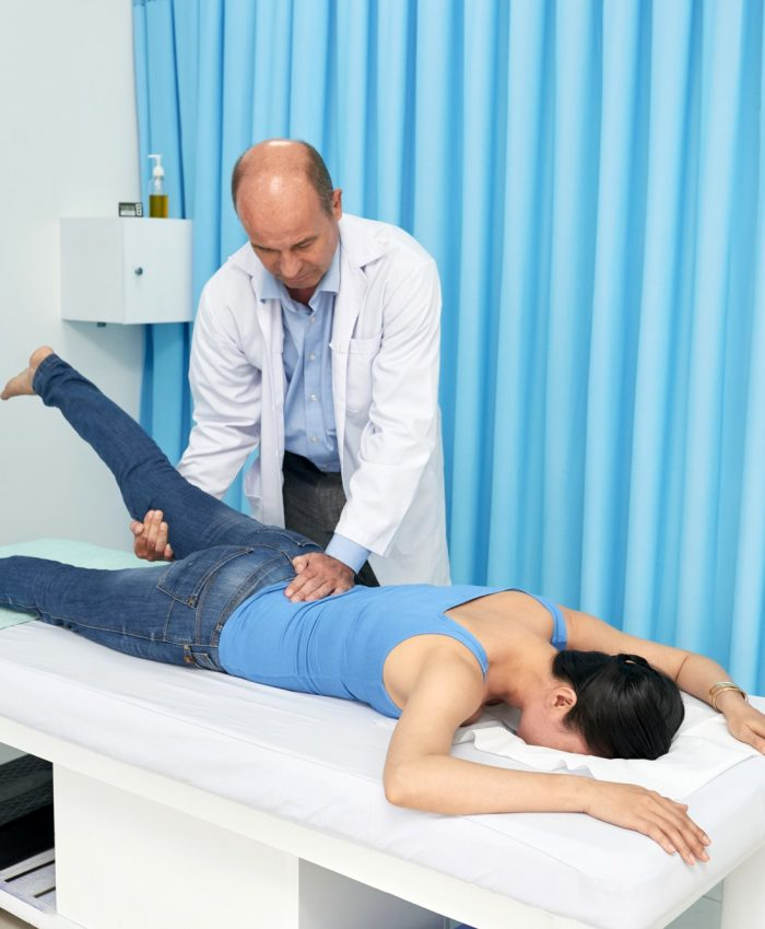 Osteopath in Adelaide givingSpine treatment